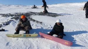 Jeunes d'Akulivik apprenant à faire de la planche à neige dans les montagnes autour de leur village.
